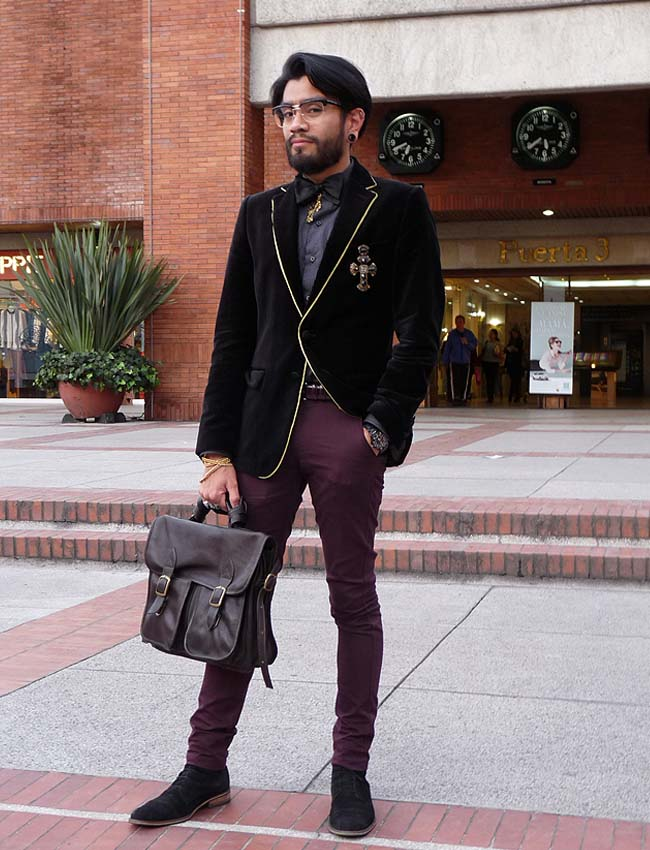 street-style-men-clothing-velvet-jacket-accessories-bag-como-una-aparición-moda-calle-bogotá-colombia