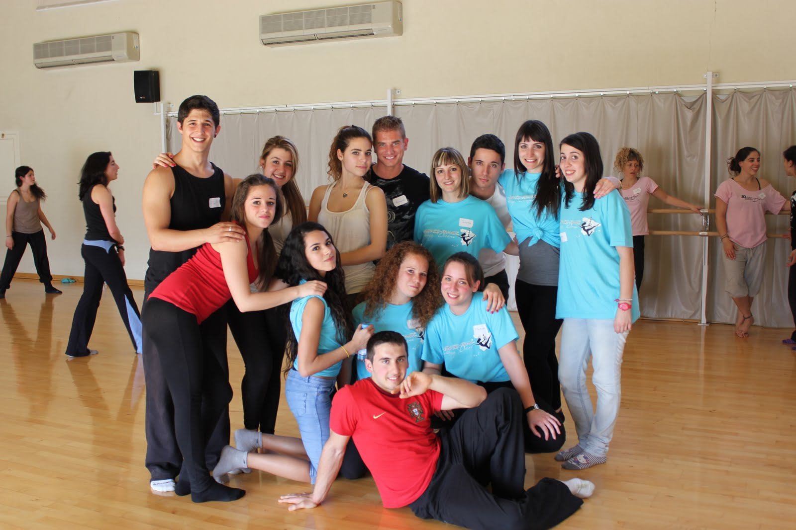Escuela de danza y acrobacia gimnasio pir mide chasing for Gimnasio hospitalet