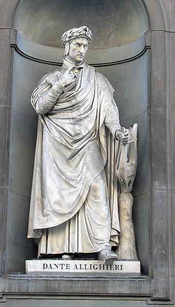 Estatua de Dante Alighieri en la Galería Uffizi.