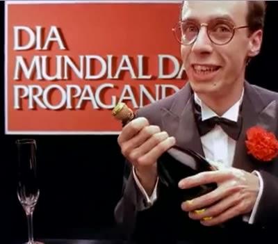 Carlos Moreno na propaganda do Bombril para o Dia Mundial da Propaganda nos anos 80.