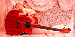 Wallpaper bayi lucu tidur di atas gitar