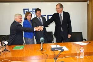 Representantes del acuerdo realizando la firma en la Confederación Granadina de Empresarios