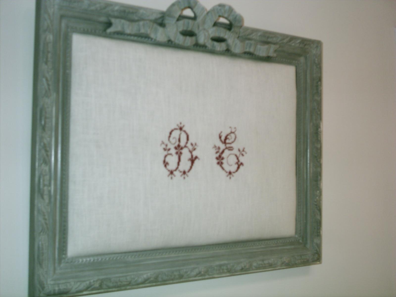 pass pr sent recompos un cadre patin gris gustavien un noeud en pl tre un monogramme. Black Bedroom Furniture Sets. Home Design Ideas