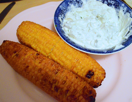 Oven-grilled corncobs with basil-Ricotta dip