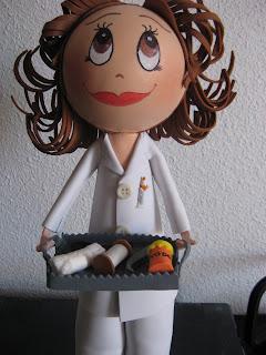Fofucha enfermera con instrumental de curas
