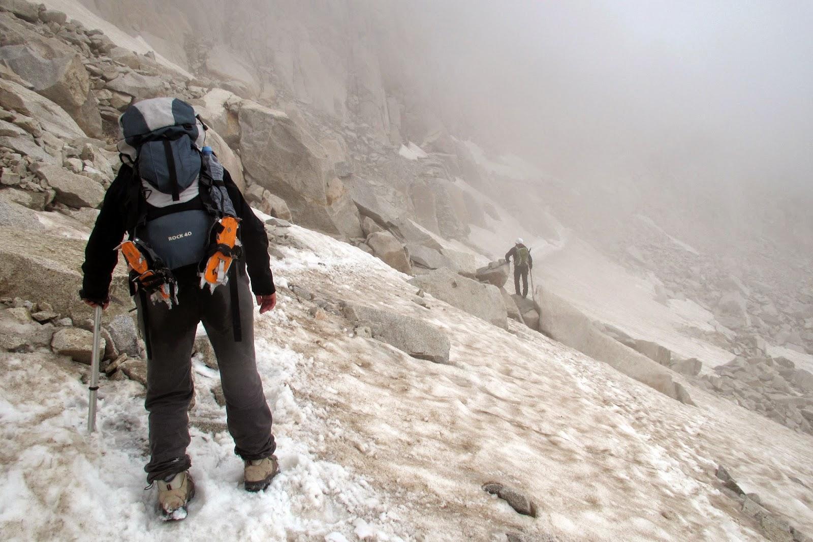 Glaciar del aneto con niebla llegando al Portillón Superior