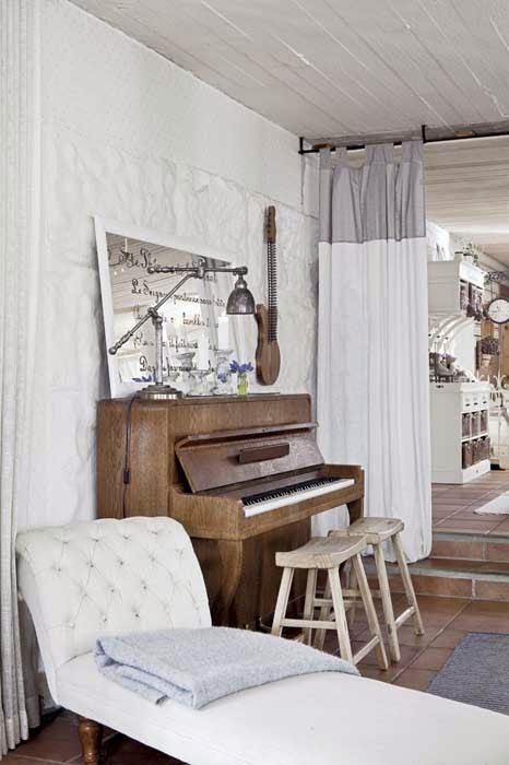 amenajari, interioare, decoratiuni, decor, design interior, stil shaby chic, scandinav, alb, rustic, living, pian