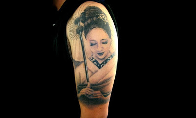 Tatuaje geisha blanco y negro