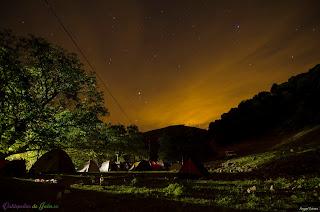 Estrellas sobre la zona de acampada en la Fresnadilla