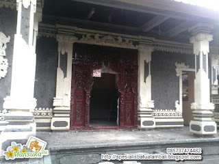 pintu gebyog dengan hiasan batu palimanan model style bali