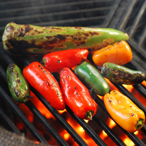 fire roasting chile peppers on big green egg kamado grill craycort grate