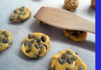 aplastamos las bolitas para convertirlas en galletas
