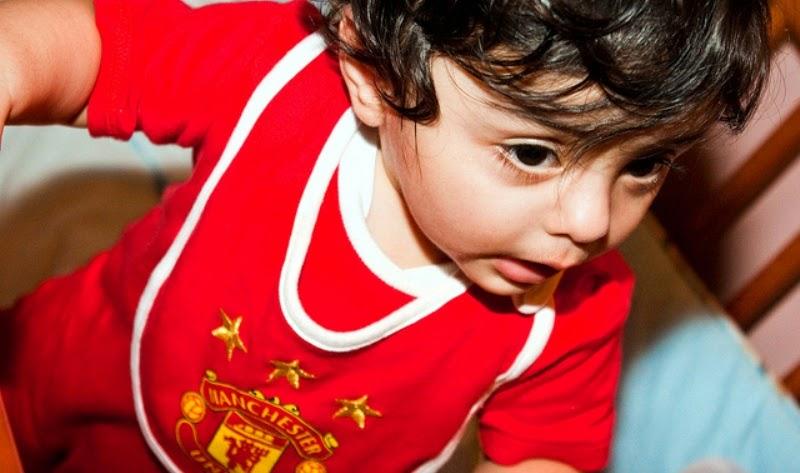 Gambar bayi lucu pakai baju seragam sepak bola manchester united