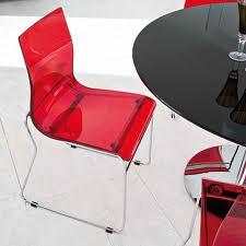 Cadeiras vermelhas e transparentes
