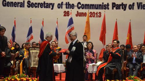"""Khi lũ """"rận dân chủ"""" liên kết, Tổng Bí thư nhận bằng Tiến sĩ danh dự của Trường Đại học Thammasat, a"""
