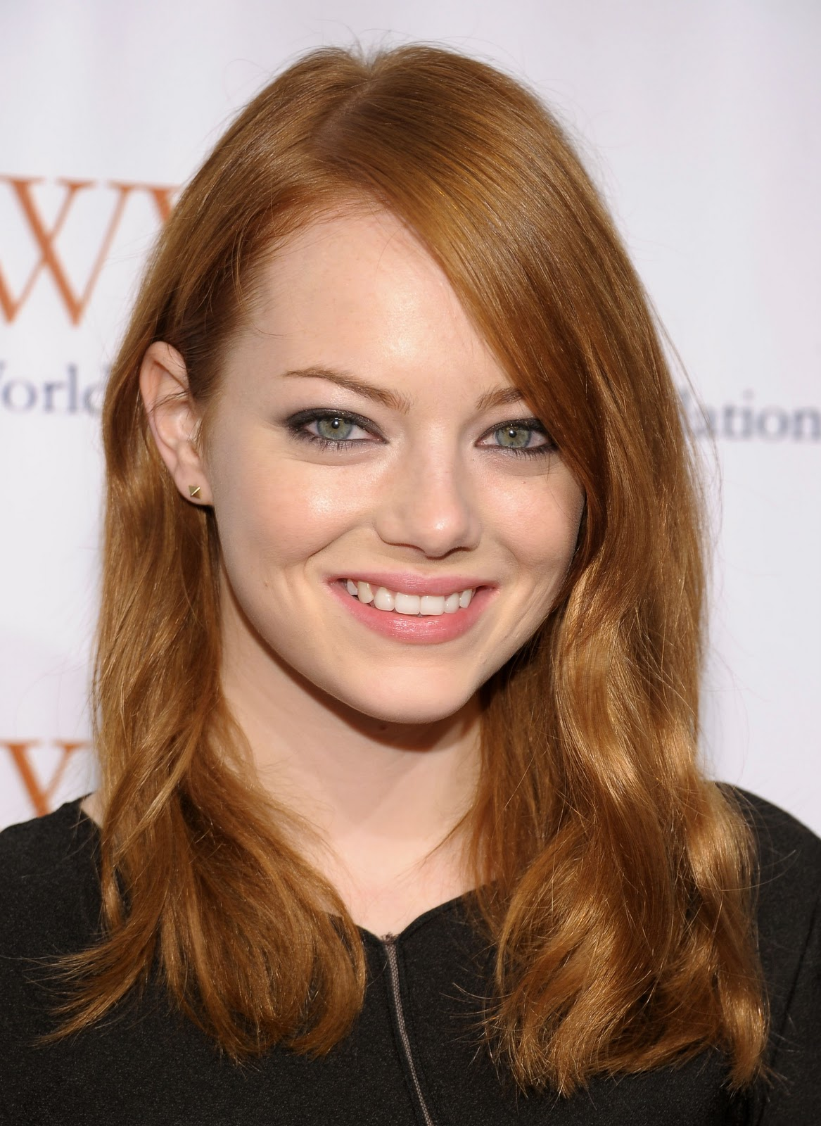http://4.bp.blogspot.com/-19Ok5u0iezQ/TsKv0PG5CFI/AAAAAAAAEhk/d6Y4-MRhIKQ/s1600/Emma+Stone+%2540+Worldwide+Orphans+Foundation+Benefit+in+New+York+City+-+November+14%252C+2011+%25284%2529.jpg