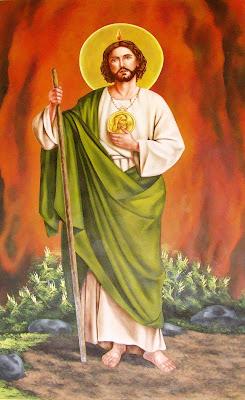 San Judas Tadeo sujeta en una mano su baston y con la otra su medallon