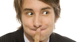 4 Gelagat Pria Menyembunyikan Sesuatu Dari Anda