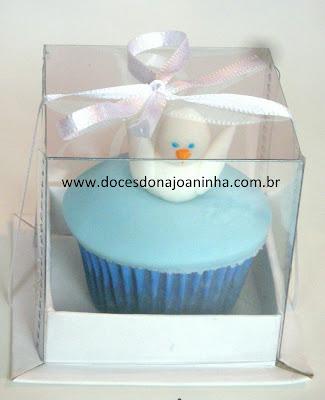 Mini cupcake para batizado decorado com pombinha na caixinha de lembrancinha