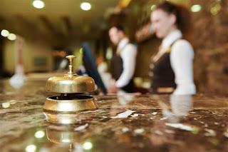 Um hotel recusou dar um quarto a uma estudante, de 22 anos, por suspeitarem que a jovem fosse uma prostituta.
