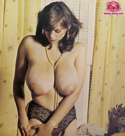 Ретро огромные груди фото, как мужчины заталкивают в женскую попу руку