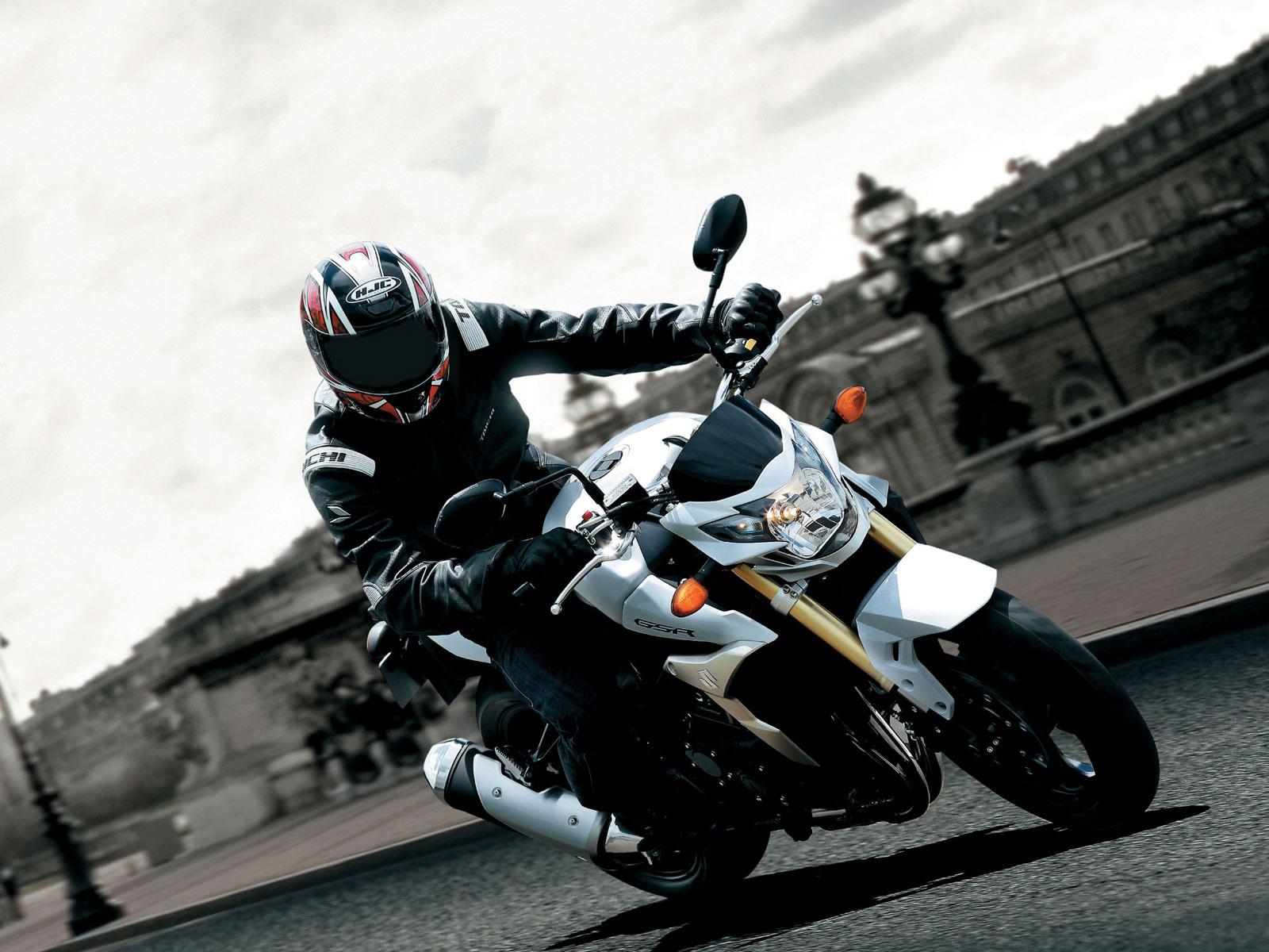 http://4.bp.blogspot.com/-1B1mWuObQjA/TkhWQ3eMM0I/AAAAAAAAAgU/NLoa-_I-7lU/s1600/Suzuki_GSR_750_2011_02.jpg