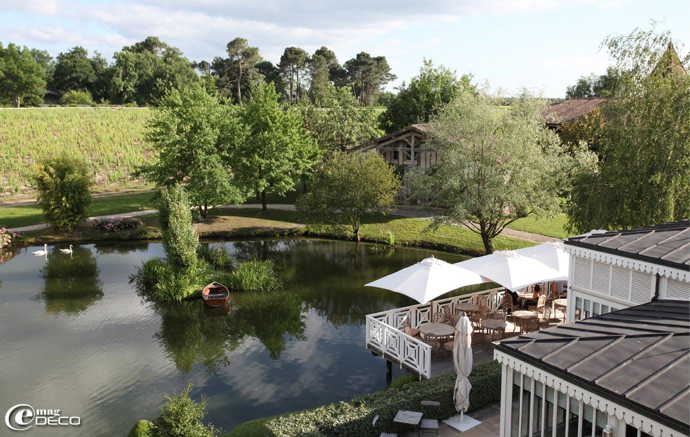 Vue sur le lac et La Maison du Lièvre, le restaurant La Grand'Vigne et sa terrasse, Les Sources de Caudalie, établissement hôtelier près de Bordeaux