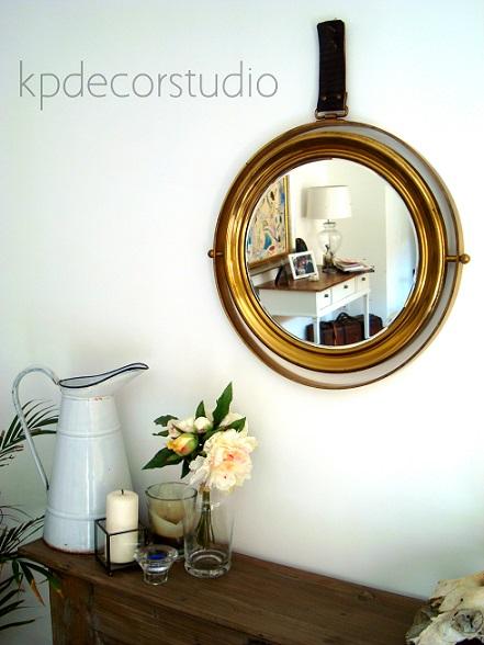Decorar con espejos antiguos de latón y bronce.