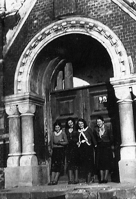 Końskie, cerkiew Ikony Matki Bożej Znamienie, fotografia prawdopodobnie z okresu międzywojennego. Dopiero z bliska widać jak monumentalny był to budynek. Fotografię udostępniła Grażyna Łyżwa.
