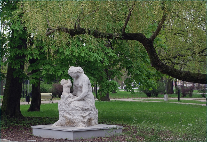 Rzeźba Matki i Dziecka na Skwerze Niepodległości w Puławach
