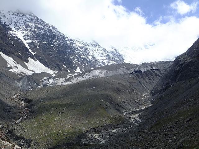 ледник в Кармадонском ущелье с расстояния в 500 метров