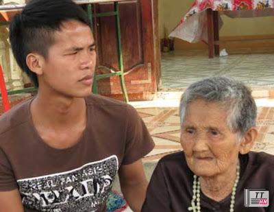 Người phụ nữ này đã 90 tuổi nhưng mang cả tang con ruột và cháu ruột là anh Thắng và anh Sáu.