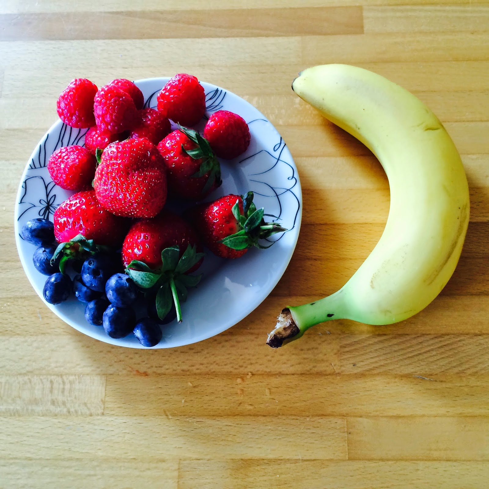 coppa di frutta fresca al caramello e panna montata