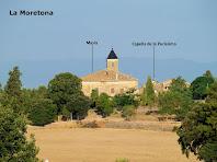 La masia de la Moretona amb la capella de la Immaculada, des de la Serra del mateix nom