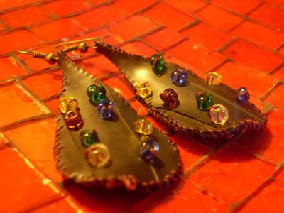 csepp alakú fülbevaló bicikli gumibelsőből színes gyöngyökkel