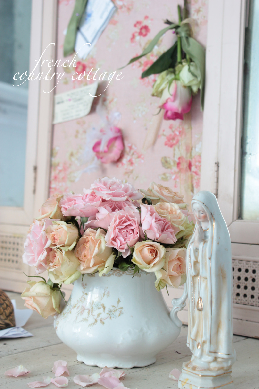 A chippy pink treasure french country cottage - French shabby chic ...