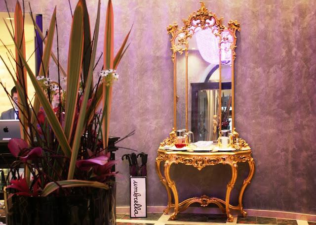 Goldene Wandspiegel verleihen der Lobby ein edles Ambiente © Copyright Monika Fuchs, TravelWorldOnline