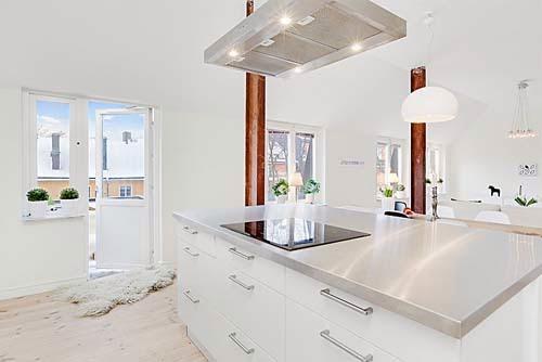 soffitto ispirazioni Travi : pavimenti chiari, gli arredi bianchi e le molte finestre rendono ...