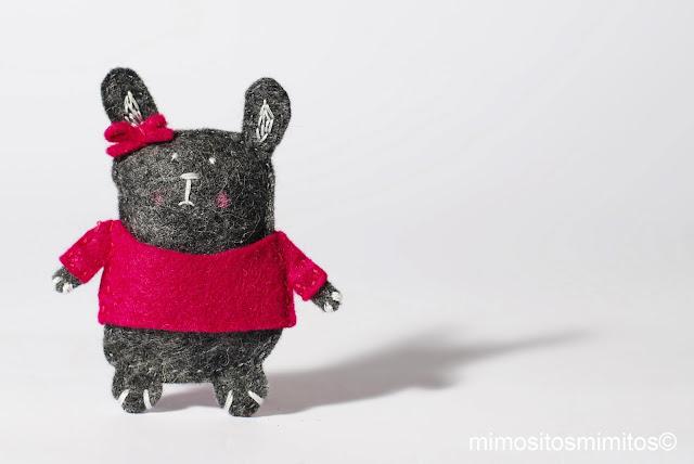 broche conejo de fieltro hecho a mano