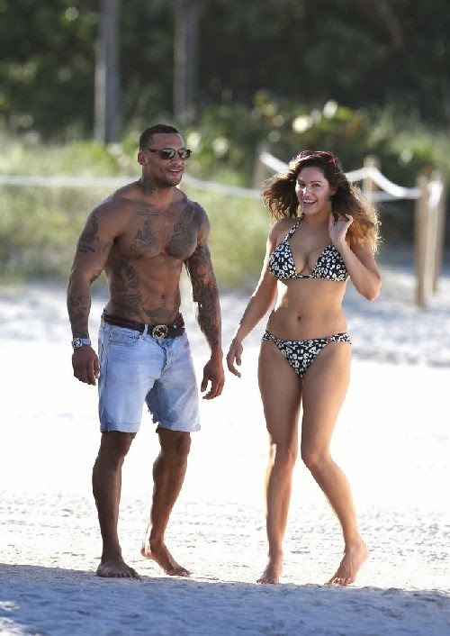 English:Kelly Brook floral bikini Miami February‭ ‬2,‭ ‬2014‭