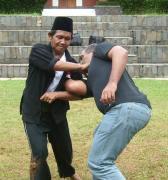 TB Bambang Sudrajat sedang mengajarkan maenpukulan Cingkrik Goning