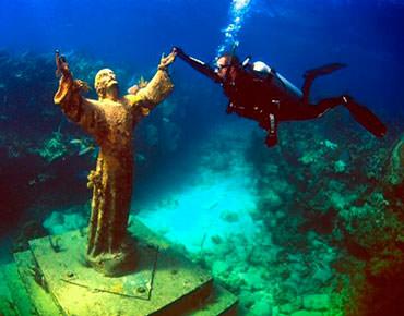 Cristo del Abismo en San Fruttuoso, Italia. Cristo_del_abismo_04