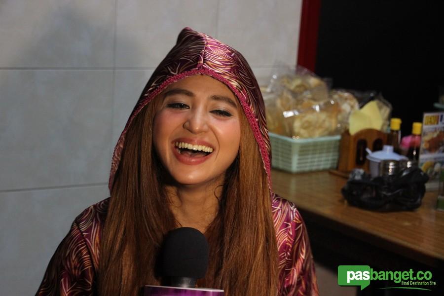 Dewi persik dan julia perez click for details foto foto payudara dewi
