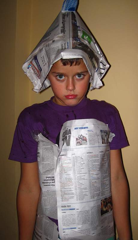 hecho con celo, un trozo de sobre de carta y papel de periódicos