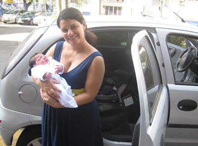 Imagem emblemática que deve ser comum em tantas famílias: a saída da maternidade. Não tem como tal ocasião ser corriqueira.