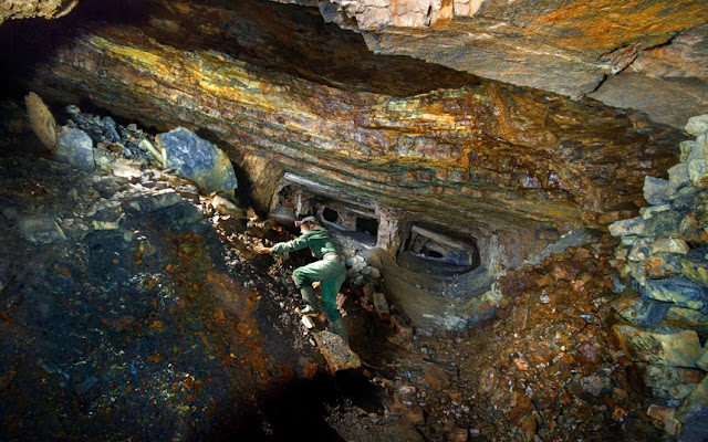 Warna-warni alamiah dalam bekas lombong silika Dinas