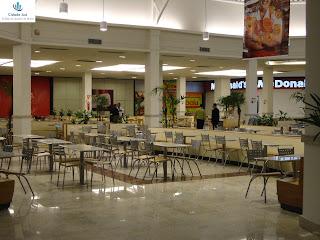 Praça de alimentação com nova decoração.