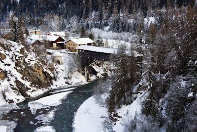 Paisaje de invierno con casas y cabañas rurales