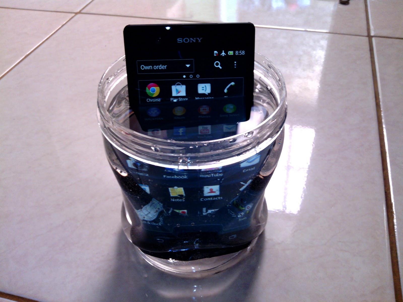 Sampai saat ini ketangguhan anti air dan debu di smartphone Full HD hanya dimiliki oleh Sony Xperia Z Salute