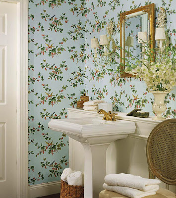 banheiro com papel de parede floral
